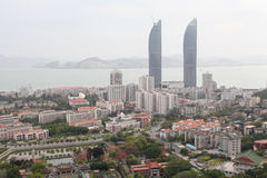vue d'Oiseau-oeil des Tours jumelles et du campus universitaire de Xiamen dans la ville de Xiamen, Chine du sud-est Image stock