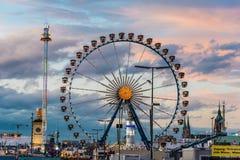 Vue d'Oktoberfest pendant le coucher du soleil Photo stock