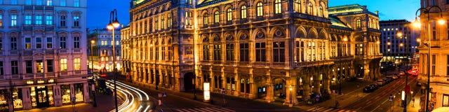 Vue d'opéra d'état à Vienne, Autriche au cours de la nuit Ciel bleu lumineux photos libres de droits