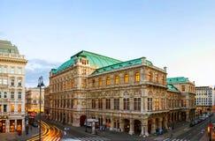 Vue d'opéra d'état à Vienne, Autriche pendant la soirée images libres de droits