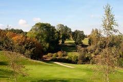 Vue d'un 18ème vert de golf en automne Images libres de droits