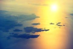 Vue d'un avion au coucher du soleil sur le ciel Photographie stock libre de droits
