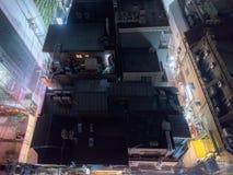 Vue d'un bâtiment par nuit du dessus de toit à Tokyo, Japon Image stock