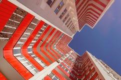 Vue d'un bâtiment résidentiel de bas en haut Maison blanche avec les balcons rouges dans un jour ensoleillé chaud photos libres de droits