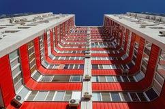 Vue d'un bâtiment résidentiel de bas en haut Maison blanche avec les balcons rouges dans un jour ensoleillé chaud photo stock