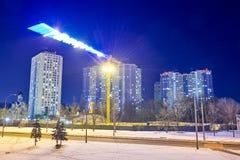 Vue d'un bâtiment résidentiel et d'une grue la nuit dans la ville photos stock
