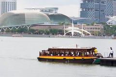 Vue d'un bateau de touristes et d'une esplanade, Singapour, le 15 décembre 2017 photographie stock