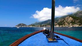 Vue d'un bateau de visite sur la mer Égée chez Paleokastritsa, Grèce photos libres de droits