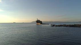 Vue d'un bateau rouillé d'épave sur un banc en mer contre le ciel de coucher du soleil projectile Vieux navire de mer clips vidéos