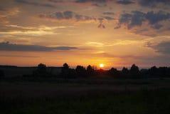 Vue d'un beaux coucher du soleil et ciel avec les nuages dramatiques au-dessus d'une terre silhouettée Horizont photos stock
