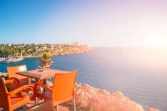 Vue d'un café au vieux port et à la marina du centre dans des WI d'Antalya image stock