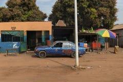 Vue d'un chemin de terre dans une rue d'un taudis dans la ville du Bissau, en Guinée-Bissau photographie stock libre de droits