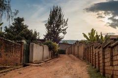 Vue d'un chemin de terre entre les maisons dans Nyamirambo, su périphérique images stock