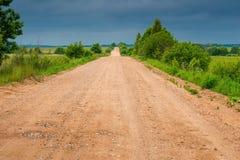 Vue d'un chemin de terre rural dans un domaine photo stock