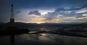 Vue d'un coucher du soleil dans un port en mer Méditerranée Photos libres de droits