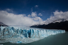 Vue d'un glacier bleu sur un lac Photo libre de droits