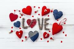Vue d'un grand choix de denim et coeurs rouges sur un blanc peint Photographie stock