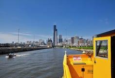 Vue d'un horizon de Chicago de taxi de l'eau photo stock