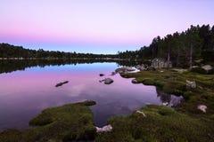 Vue d'un lac de montagne au crépuscule Photographie stock libre de droits