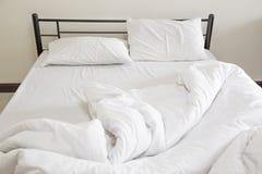 Vue d'un lit qui n'est pas encore fait Images stock