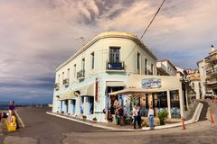 Vue d'un magasin traditionnel de taverna et de souvenirs au bord de mer de Pylos, Grèce photo stock