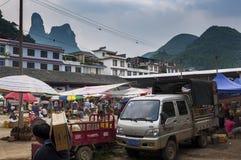 Vue d'un marché en plein air au village de Fuli dans la campagne de la Chine du sud photographie stock libre de droits