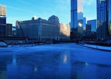 Vue d'un matin bleu et glacial d'hiver Chicago avec des réflexions sur une rivière Chicago congelée Photographie stock libre de droits