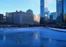 Vue d'un matin bleu et glacial d'hiver Chicago avec des réflexions sur une rivière Chicago congelée Photo stock
