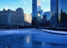 Vue d'un matin bleu et glacial d'hiver Chicago réfléchissant sur une rivière Chicago congelée Image libre de droits