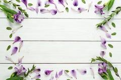 Vue d'un modèle floral de lilas sur un fond en bois blanc Vue supérieure Configuration plate Concept de vacances Copiez l'espace Images libres de droits