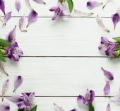 Vue d'un modèle floral de lilas sur un fond en bois blanc Vue supérieure Configuration plate Concept de vacances Copiez l'espace Photo libre de droits