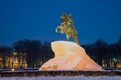 Vue d'un monument au cavalier en bronze de Peter I le soir de février St Petersburg Image libre de droits