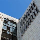 Vue d'un mur avec les fenêtres cassées Photographie stock libre de droits