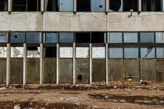 Vue d'un mur avec les fenêtres et les trellis cassés avant Images libres de droits