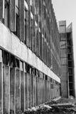 Vue d'un mur avec les fenêtres et les trellis cassés Regardez sous un angle Photos libres de droits
