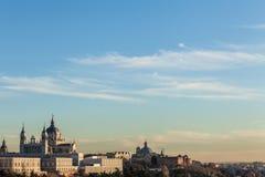 Vue d'un palais espagnol d'une colline pendant le coucher du soleil Photographie stock libre de droits