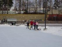 Vue d'un parc où les gens patinent et ne gèlent pas Image libre de droits