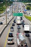 Vue d'un passage supérieur de la route 401 avec la ville de Toronto en Ba Photographie stock libre de droits