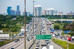 Vue d'un passage supérieur de la route 401 avec la ville de Toronto en Ba Photo libre de droits
