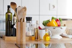 Vue d'un plan de travail de cuisine avec la fraise-mère d'induction Image libre de droits