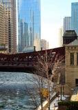 Vue d'un pont de Chicago et d'un bridgehouse sur un gros morceau de glace couvert, la rivière Chicago congelée Photos libres de droits