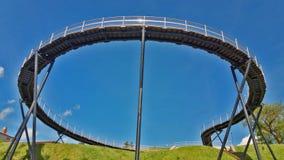 Vue d'un pont piétonnier rond, contre un ciel bleu Images libres de droits