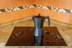 Vue d'un pot de café noir sur une fraise-mère en céramique image stock