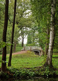 Vue d'un vieux pont entre les arbres en parc de palais Photo stock