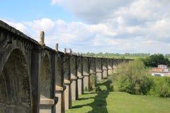 Vue d'un vieux viaduc abandonn? sous un ciel bleu avec les nuages blancs photos libres de droits