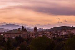 Vue d'un village médiéval de l'Italie photographie stock libre de droits