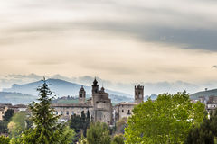 Vue d'un village médiéval de l'Italie image stock