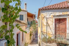 Vue d'une allée dans Sinarades sur Corfou en Grèce photos stock