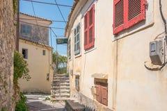 Vue d'une allée dans Sinarades sur Corfou en Grèce photos libres de droits