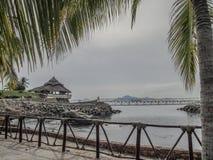 Vue d'une baie avec une terrasse sur des roches un pont avec la mer à l'arrière-plan image stock